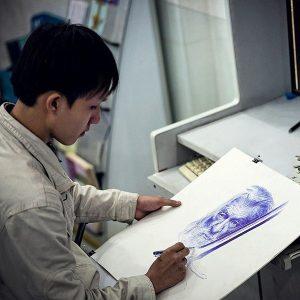 Bảo đang họa lại chân dung của Gandalf 300x300 - Cậu bạn có khả năng vẽ tranh bằng bút bi cực đẹp