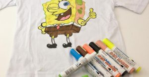 but ve ao 2 0 300x156 - Bút vẽ áo giặt không phai Artline T-shirt marker
