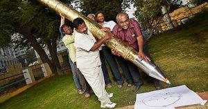 "cây bút bi lớn nhất thế giới 2 300x158 - ""Choáng"" với chiếc bút bi lớn nhất thế giới"