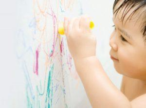 vet but chi mau 300x222 - 4 cách tẩy sạch vết bút sáp màu trên tường cho nhà sạch bong