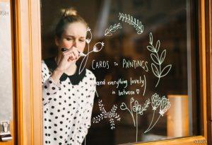 20151016 7a5ae3e6d4fce9bb7f570d9dbcd8ec27 1444991010 300x205 - Bút vẽ kính Artline- cây bút giúp bạn trang trí cửa hiệu mỗi ngày