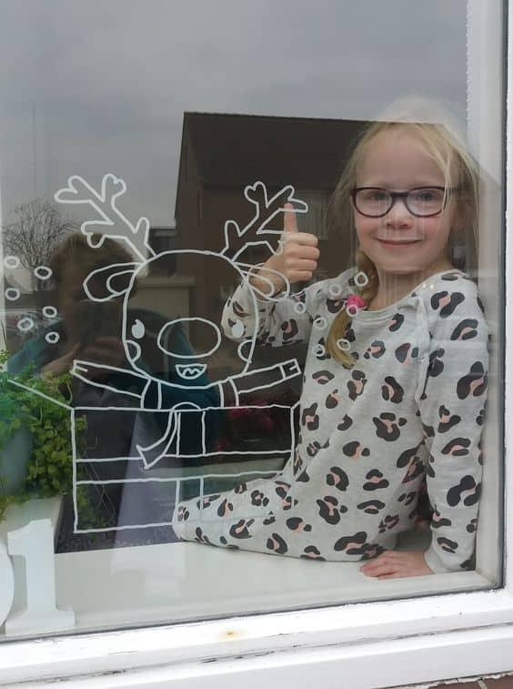 Bút vẽ kính Artline trang trí không gian vui chơi cho bé