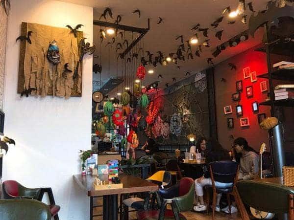 Không gian Halloween trong quán cafe